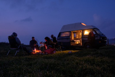 Campfire in front of hightop roof VW T3